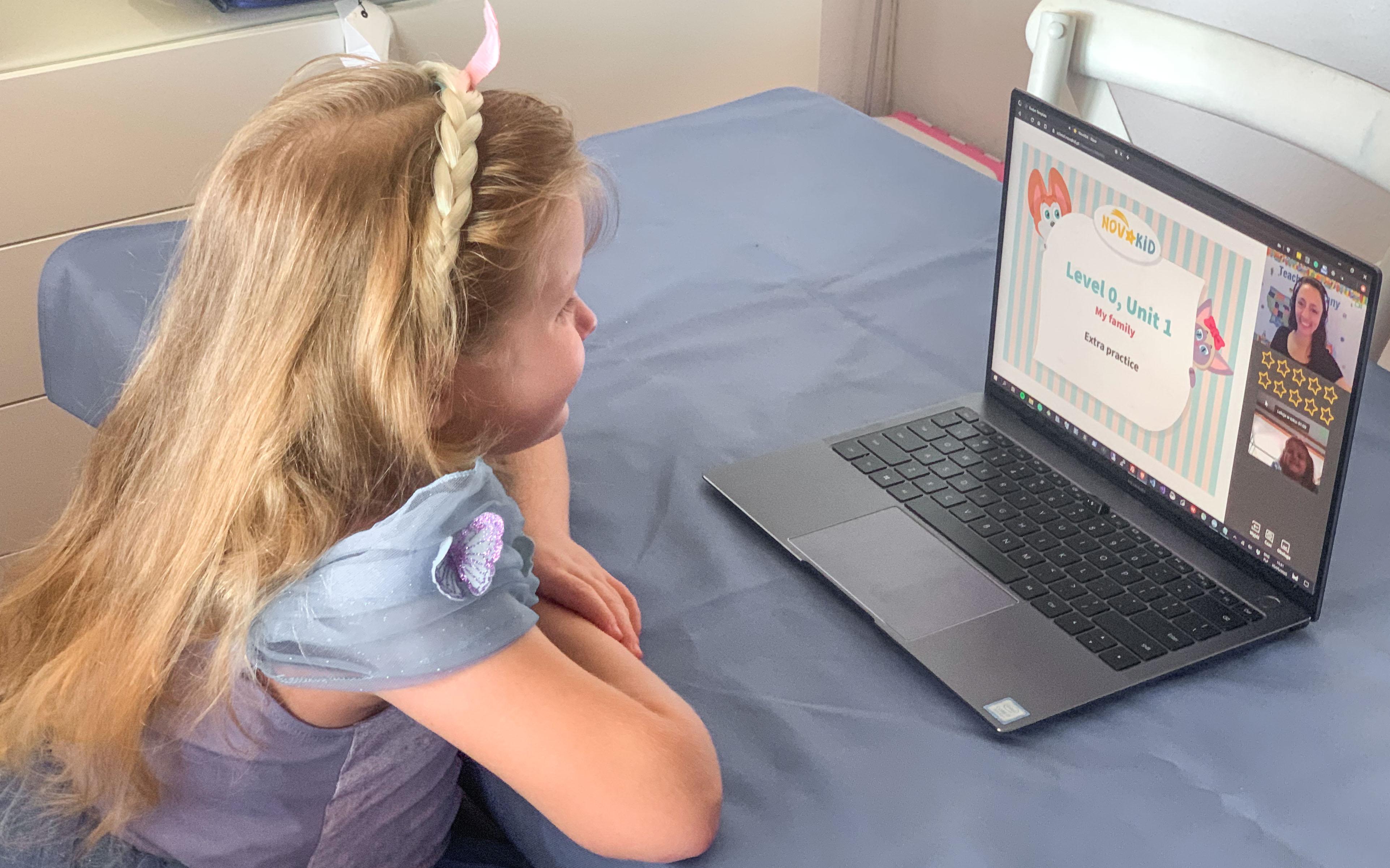 Dziewczynka uczy się angielskiego z Novakid.