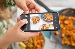Robienie telefonem zdjęć jedzenia