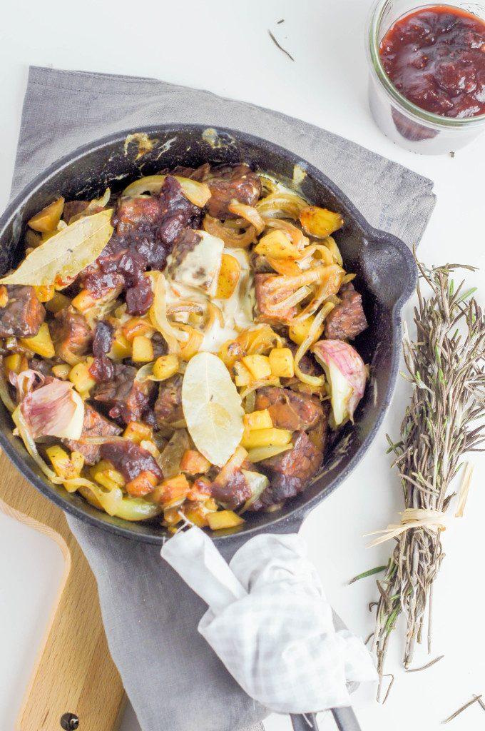 Szybka wegańska zapiekanka z tempehu i ziemniaków