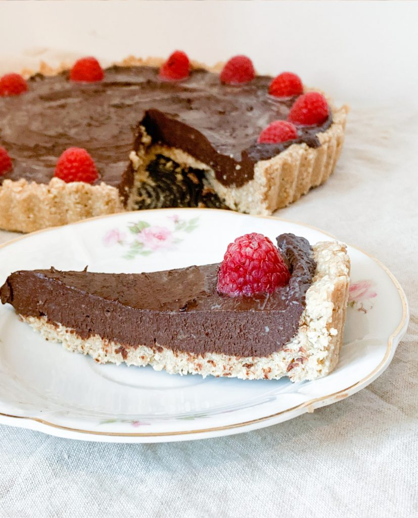 Tarta czekoladowa z malinami – wegański przepis na ciasto