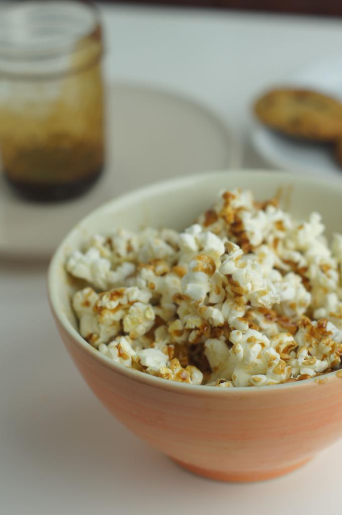 Przepis na domowy popcorn ze słonym karmelem