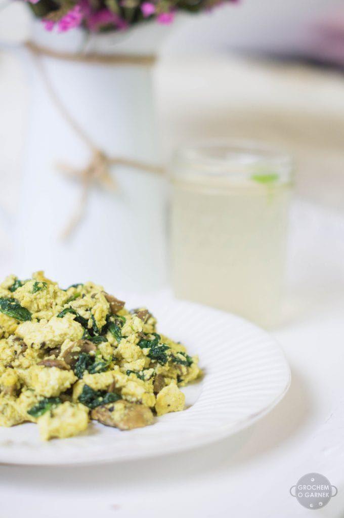 Śniadanie na słono – przepis na wegańską jajecznicę, czyli tofucznicę