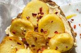 Pomysł na kanapki, czyli genialna kanapka z hummusem i ziemniakami