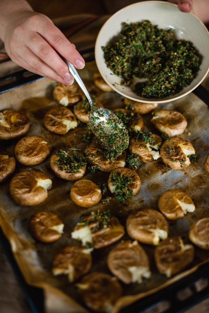 Pieczone ziemniaki z pesto z pietruszki