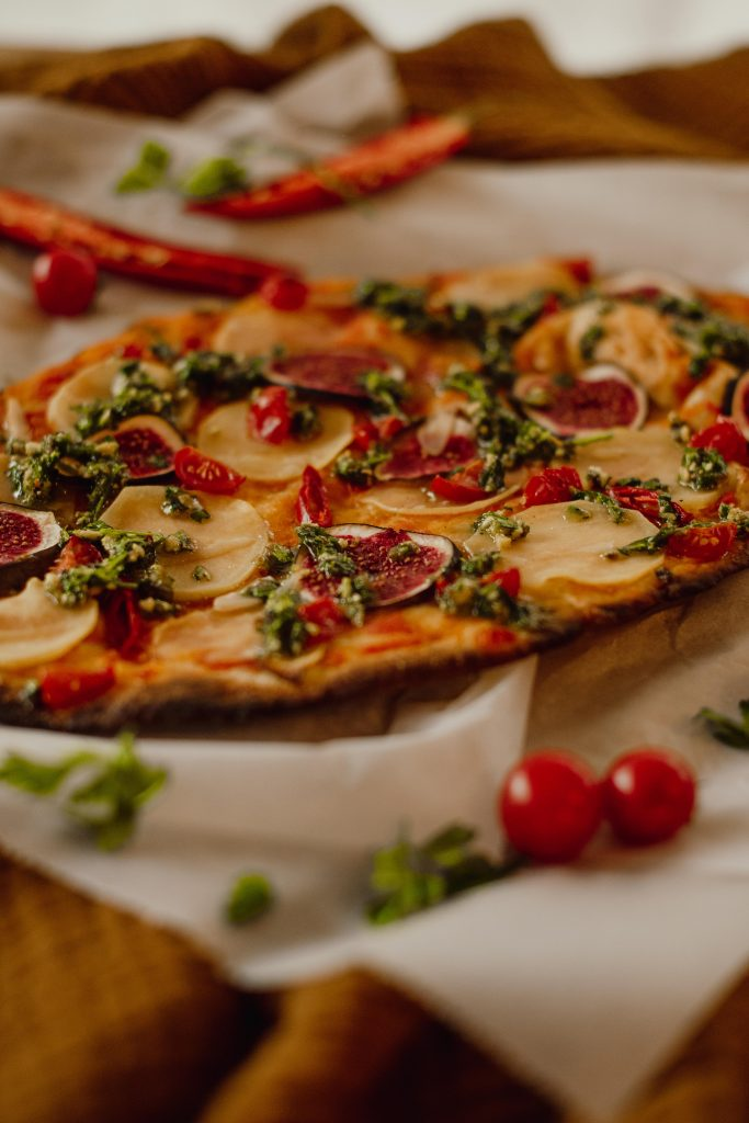 """Wegańska pizza z ziemniakami z książki """"Ziemniaki zjedz"""""""